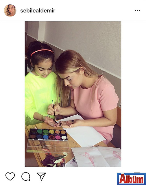 Öğretmen Sebile Aldemir, öğrencisiyle birlikte paylaştığı bu renkli fotoğrafla takipçilerinin beğenisini topladı.