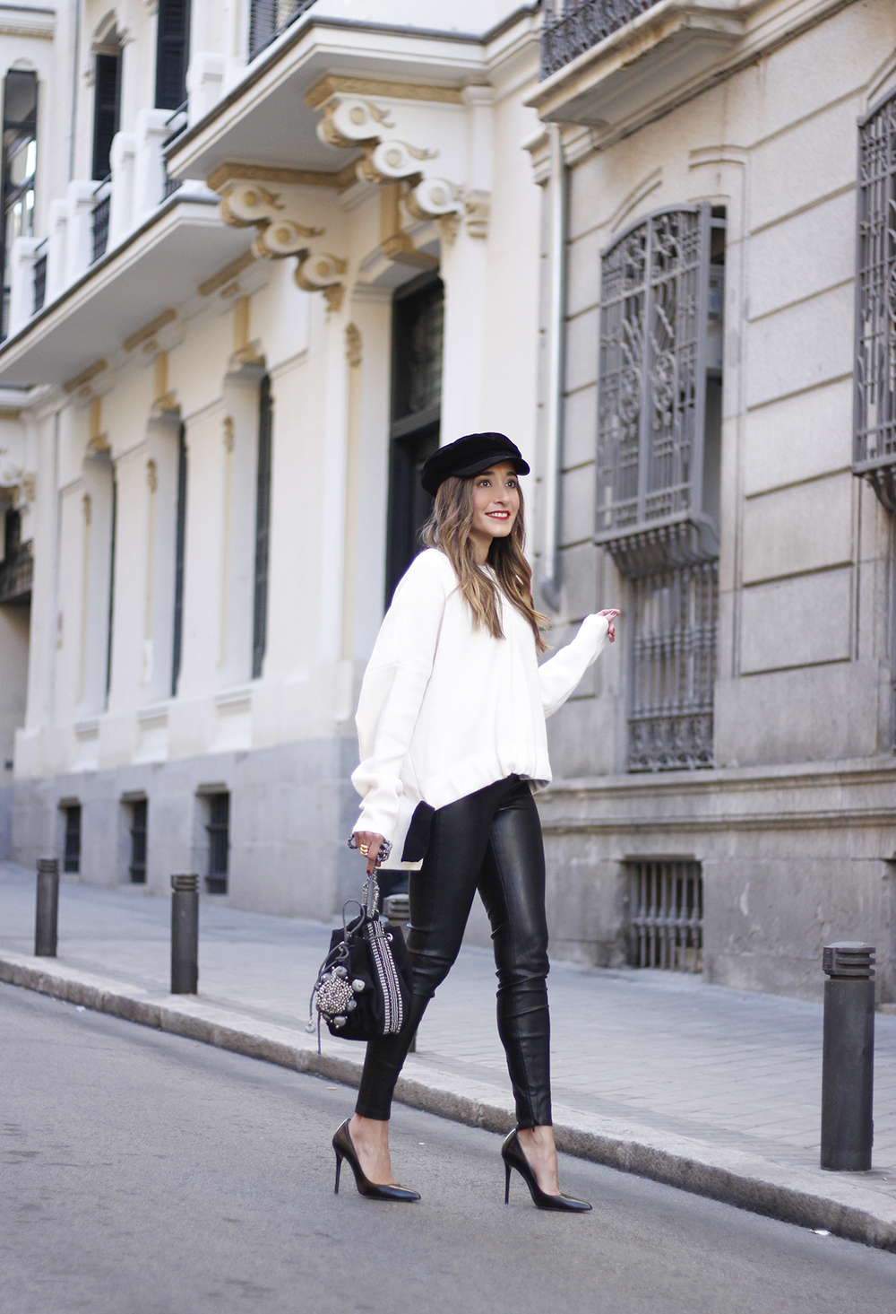 white sweater black leatherette pants sailor cap fall outfit trend tendencias otoño07