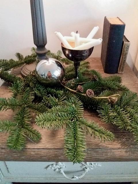 Tafeltje met dennengroen, kaarsen in zilveren bowl