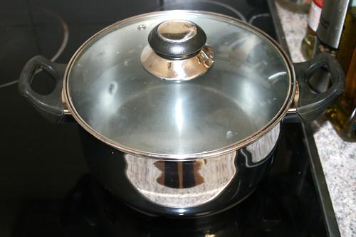 18 - Topf mit Wasser aufsetzen / Bring pot with water to a boil