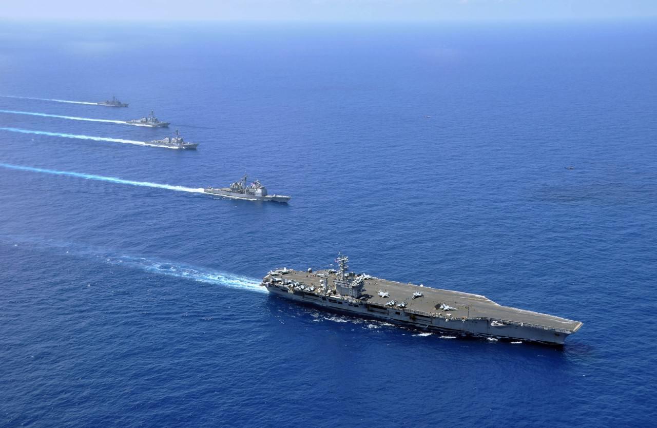 美軍每艘航母會搭載近 70 架戰鬥攻擊機、預警機、反潛直升機、電子干擾機等。再加上 4 至 6 艘護航艦,1 至 2 艘潛艇和補給艦,擁有全面的反潛、防空、對地攻擊能力。圖為航空母艦尼米茲號及其護航艦。(U.S. Navy photo by Mass Communication Specialist 1st Class David Mercil)