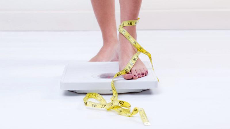 Menurunkan berat badan dengan cara memperhatikan asupan kalori.