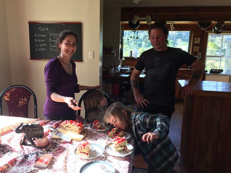 Familie in Ohui beim Geburtstagskuchen