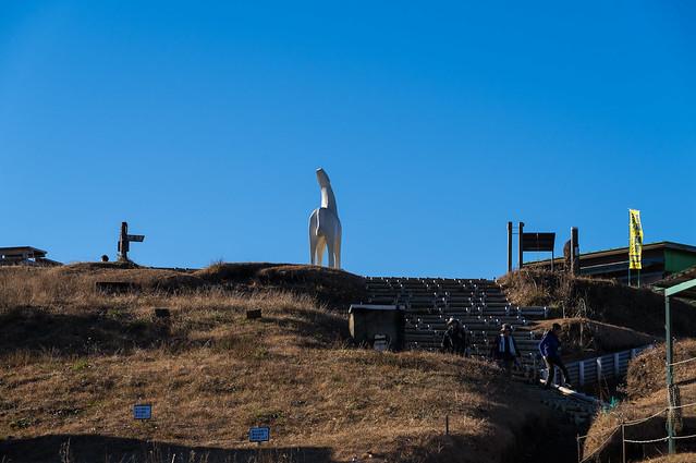 白馬のモニュメント立つ陣馬山頂へ
