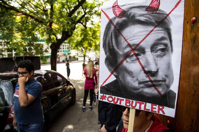 Cartaz repudia a palestra de Judith Butler no Brasil no início deste mês - Créditos: Pedro Biava/Pavio