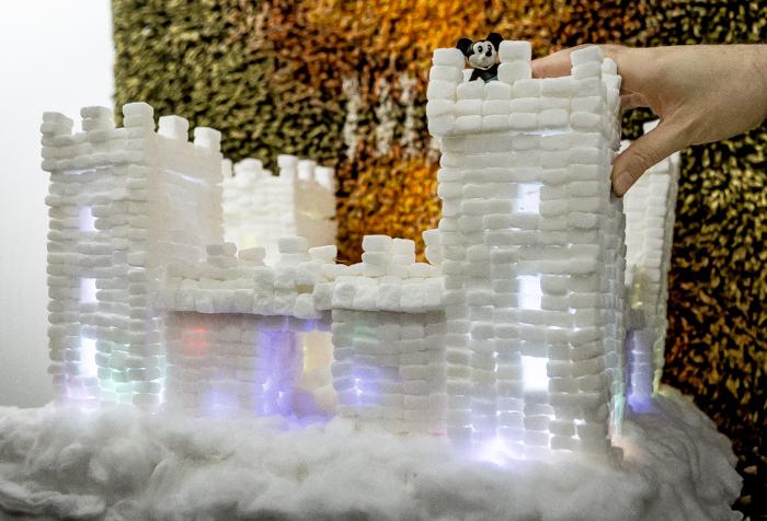 Loviisan Wanhat joulutalot talo nro 19 Kimmon joulumaa Kimmo Lonka sokeripaloista tehtu linna lumilinna askartelu_