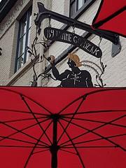 In Belgio, il caffè è più caro che da noi, ma è un piccolo piacere che viene servito al tavolo di deliziose caffetterie, senza sovraprezzo ed accompagnato da piccole dolcezze.  #Damme #Belgium  #Belgio #ontheroad #colori #colors #rosso #red #caffetteria #