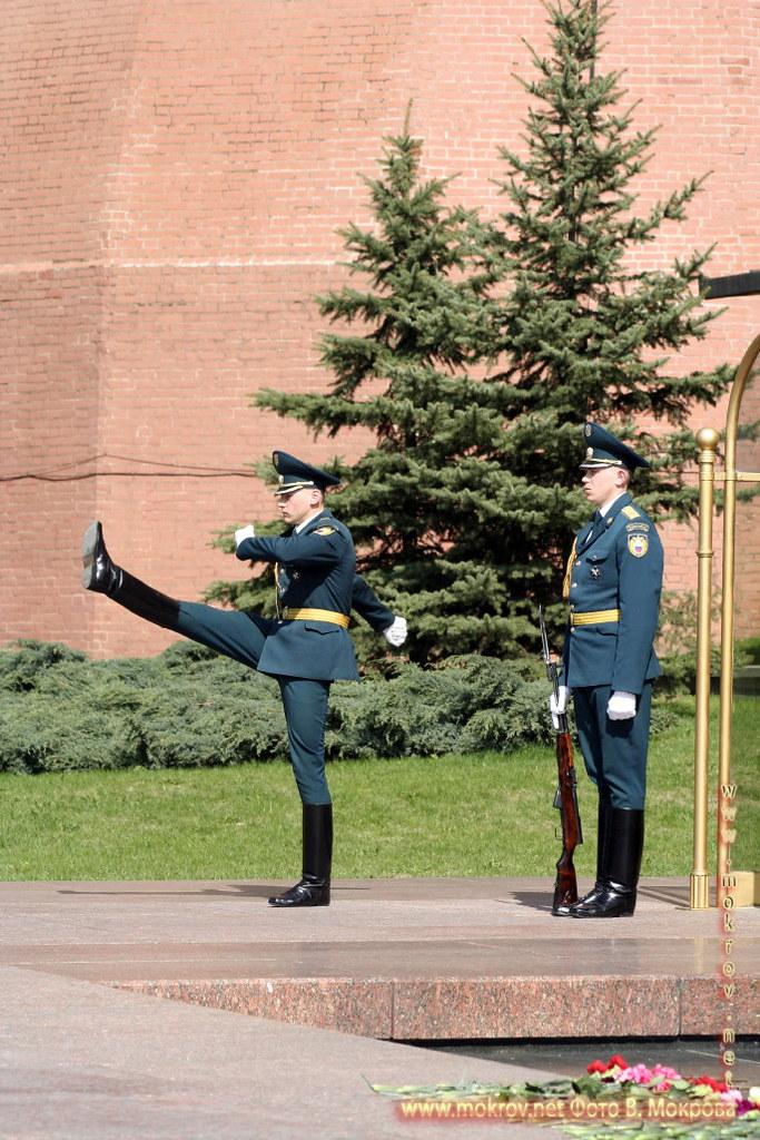 Почетный караул у Вечного огня Славы в Москве.