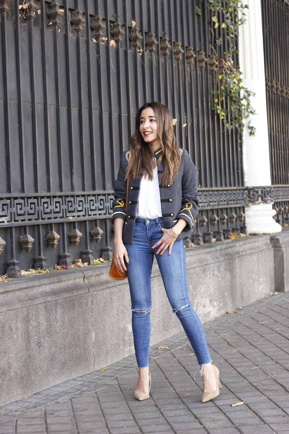 military gray jacket ripped jeans mustard uterqüe bag nude heels fall outfit fashion04