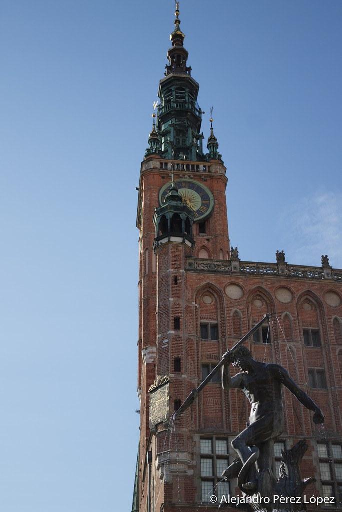 Detalle de estatua de Neptuno y ayuntamiento de Gdansk