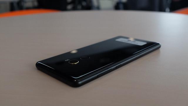 Sisi kanan Xiaomi Mi MIX 2 yang dilapisi metal terdapat tombol volume dan power (Liputan6.com/ Iskandar)