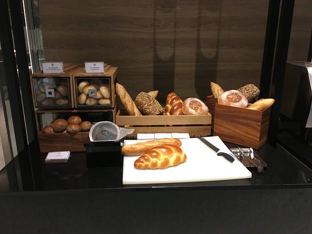進入熱食區的門口也還有各種麵包@宜蘭礁溪寒沐酒店