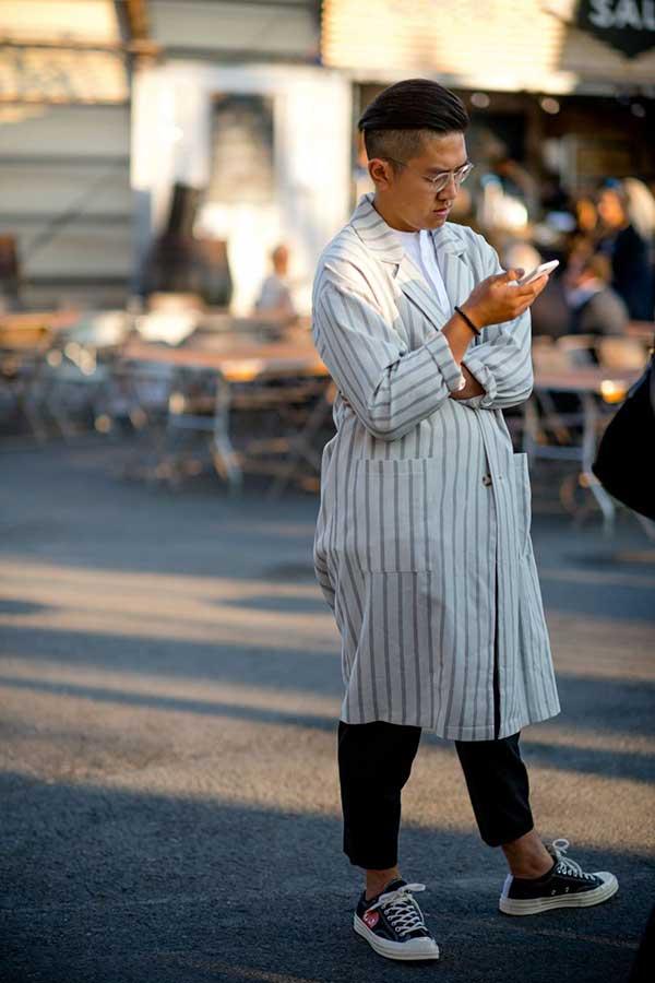 白ストライプショップコート×白バンドカラーシャツ×黒クロップドパンツ×プレイコムデギャルソンxオールスターロー黒