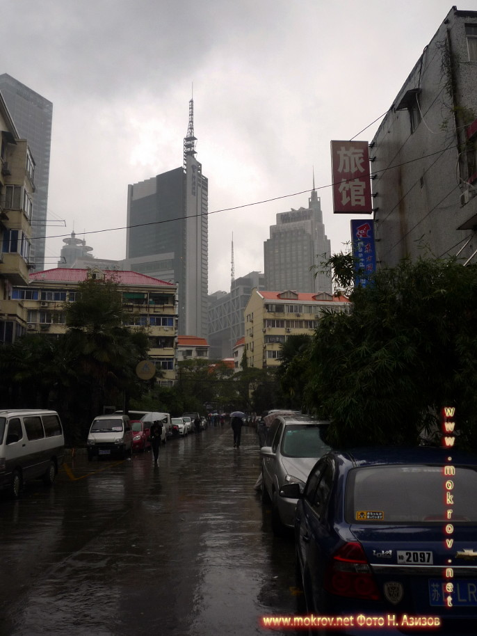 Город Шанхай с фотокамерой прогулки туристов