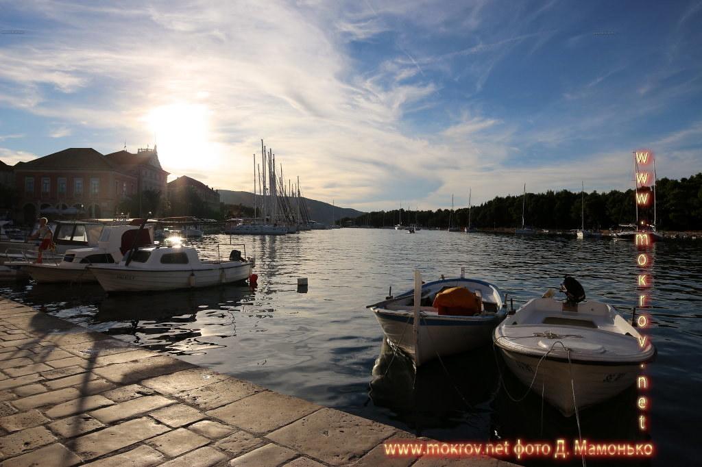 Хвар — остров в Адриатическом море, в южной части Хорватии прогулки туристов с Фотоаппаратом