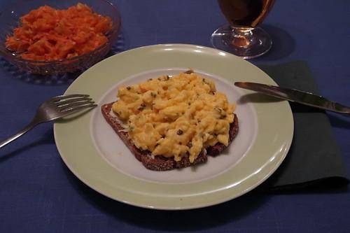 Möhren-Sellerie-Salat zu Rührei auf Vollkornbrot