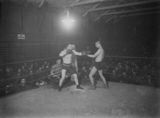 Canadian Boxing Championship featherweight finalists Private J. McCracken (winner) and Driver C. Smith, Shorncliffe, England / Championnat canadien de boxe, le soldat J. McCracken (gagnant) et le chauffeur C. Smith, finalistes de la catégorie des poi
