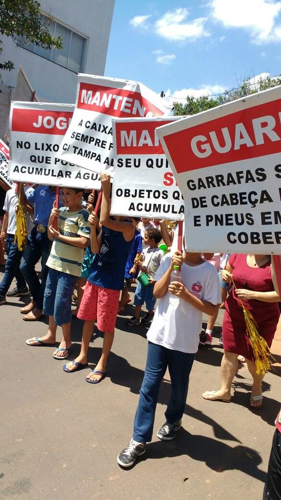 Estudantes fazem passeata contra a dengue em Lácio