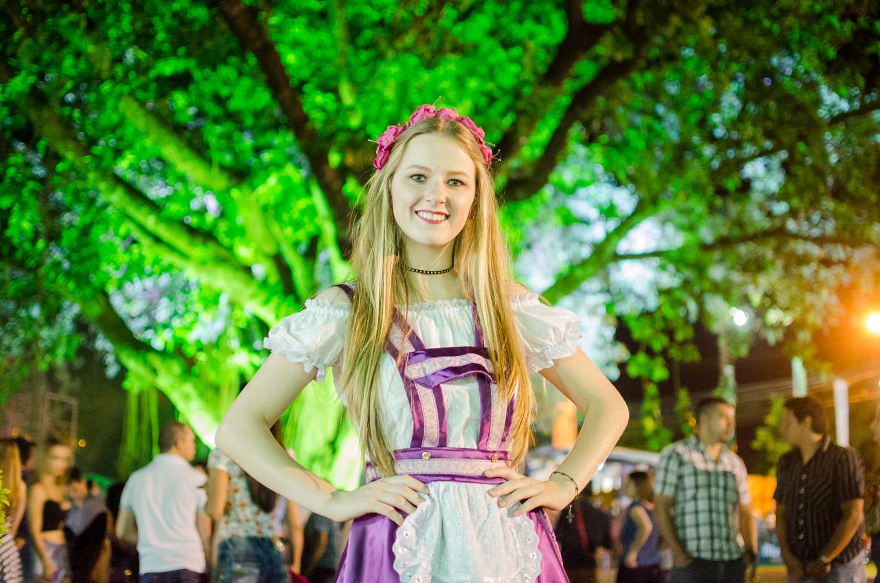 Una señorita luce su traje típico alemán en la fiesta de la cerveza de Colonia Obligado. (Elton Núñez).