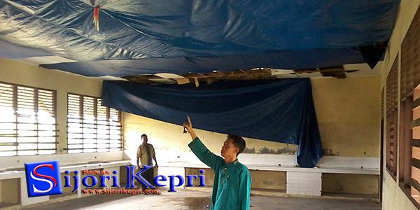 Ruang Laboratorium SMPN 2 yang plaponnya telah rusak sehingga dilapisi dengan tarpal