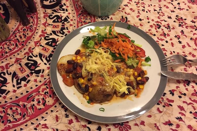 Chili mit gebackenen Kartoffeln, Käse und Salat. Ein Festschmaus.
