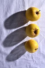 Trois pommes sur la nappe