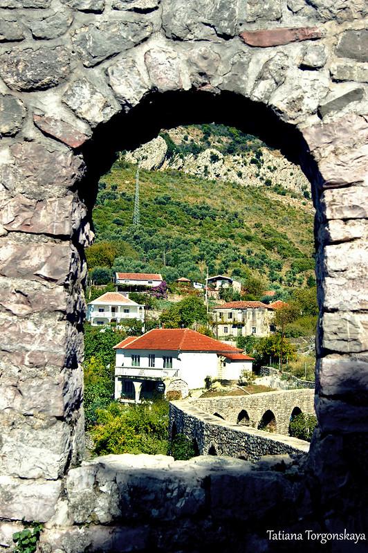 Вид на акведук через проем в крепостной стене