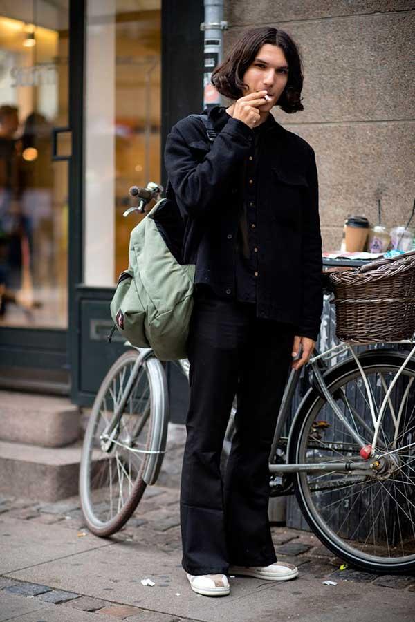 黒ワークジャケット×黒シャツ×黒フレアパンツ×白スニーカー