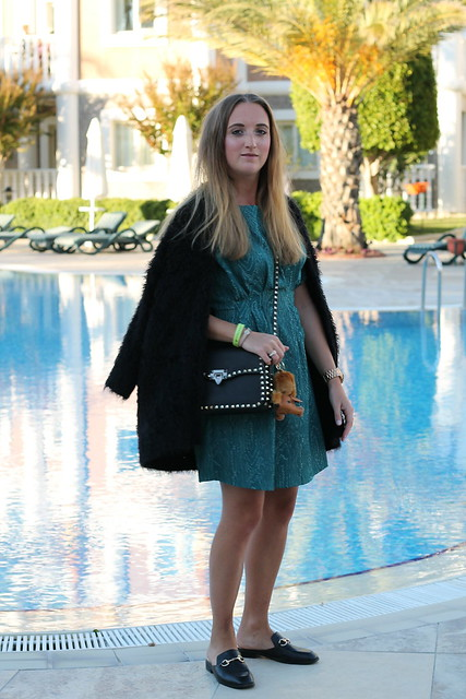 green-dress-and-valentino-bag-whole-look-wiebkembg