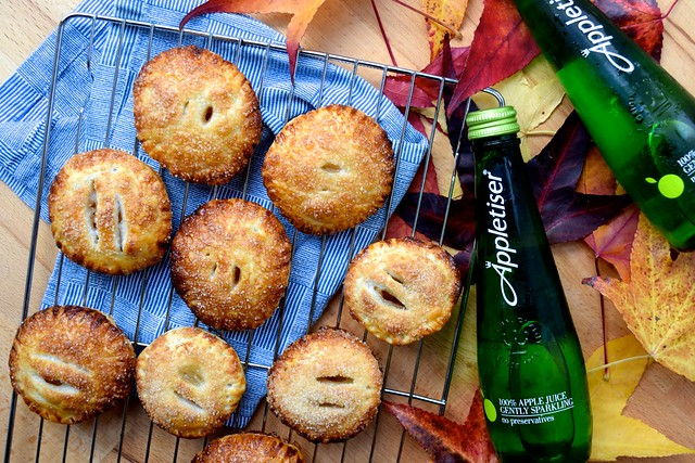 Easy Apple Hand Pies | #applepie #apple #handpie #autumn #fall www.rachelphipps.com @rachelphipps
