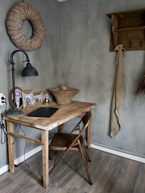 Kalkverf, houten tafel, studeerkamer