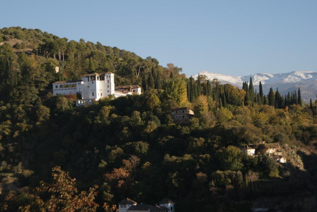 Palais de Généralife à côté de l'Alhambra à Grenade avec les monts enneigés de la Sierra Nevada.