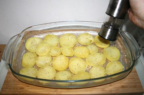 52 - Kartoffelscheiben mit Salz & Pfeffer würzen / Season with salt & pepper