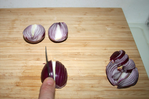 30 - Zwiebel in Spalten schneiden / Cut onion in stripes