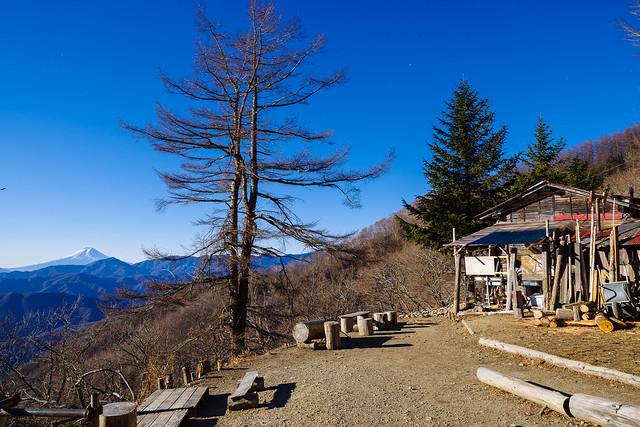 七ツ石小屋と富士山