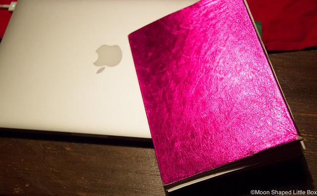 Bloggaaminen MacBook Pro pinkki kalenteri