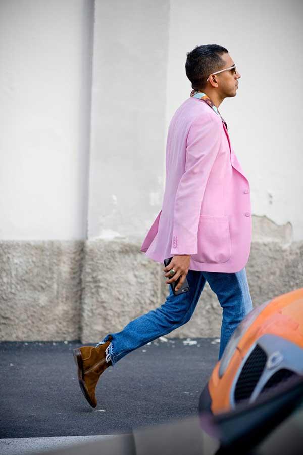 ピンクテーラードジャケット×デニムパンツ×ブラウンスエードブーツ