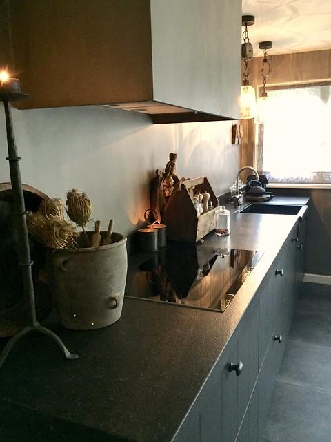 Donkergrijze keuken landelijk