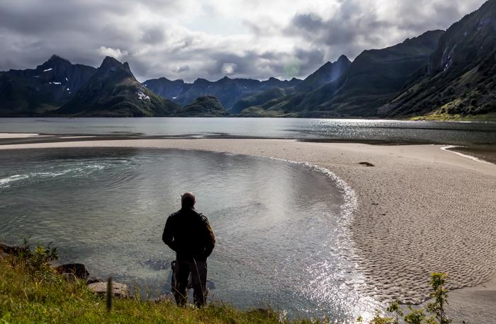 Norja Norway ranta valkoinen hiekka turkoosi meri laskuvesi hiekkasärkkä vuoret vuono
