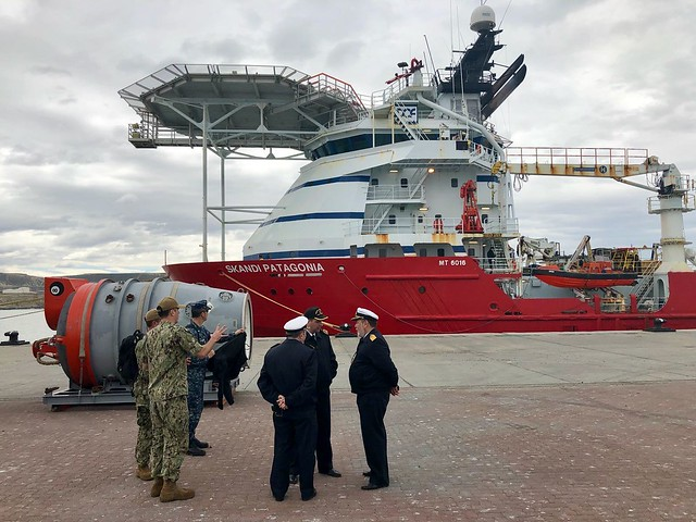 Argentine rescue commanders discuss operations with officer of Undersea Rescue Command.