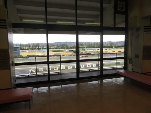 金沢競馬場の走路寄りのガラス戸