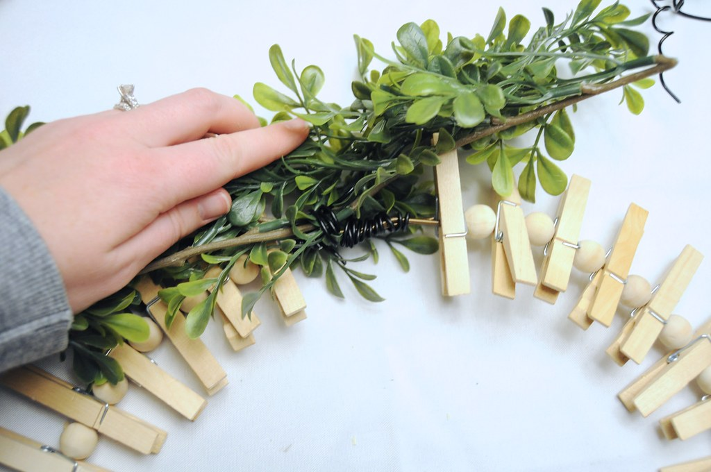 DIY Clothespin Wreath Holiday Card Display