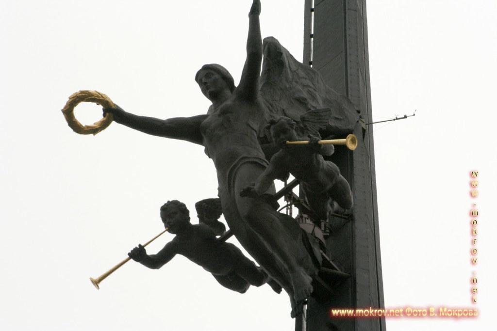 На высоте 122 метра к стелле крепится 25-тонная бронзовая фигура богини победы Ники.