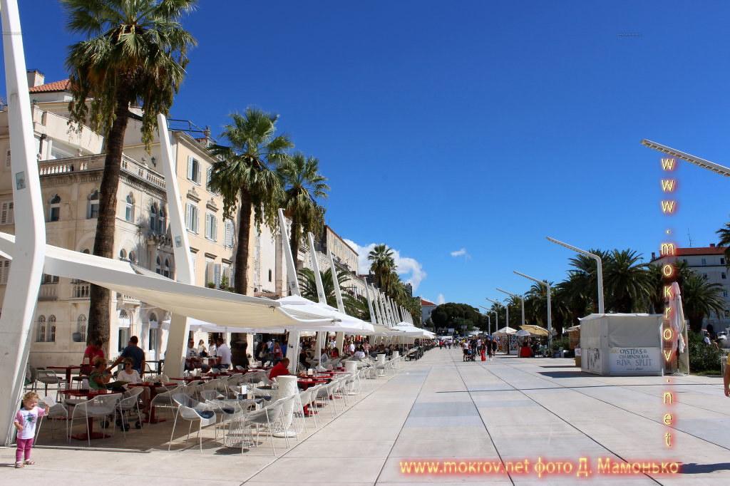 Сплит — город в Хорватии с фотокамерой прогулки туристов