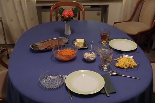 Möhren-Sellerie-Salat, Rührei und Paprika-Oliven-Frischkäse zum Abendbrot