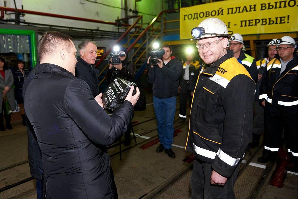 Горняки вручили директору ШУ Першотравенское Александру Гусеву символическую глыбу угля
