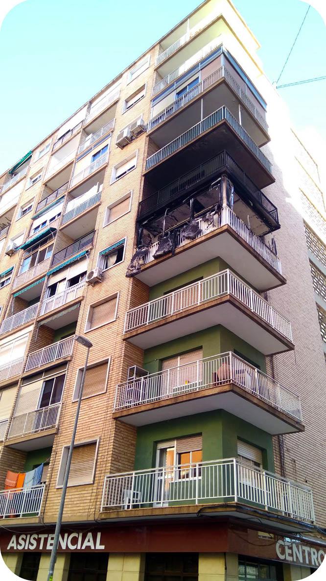 Bomberos intervienen de madrugada en el incendio de una vivienda