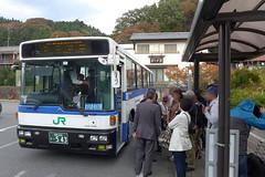 横川~軽井沢間の廃止代替バスを運行するJRバス関東。普段はバイパス経由だが、紅葉の時季には旧道(廃線跡)経由の「めがねバス」も運行する。