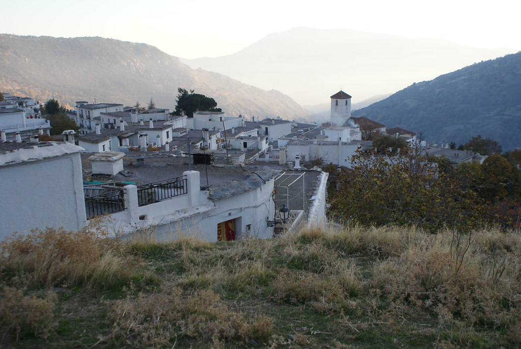 Vue sur le village de Capileira dans la Sierra Nevada avec dans le fond la vallée.