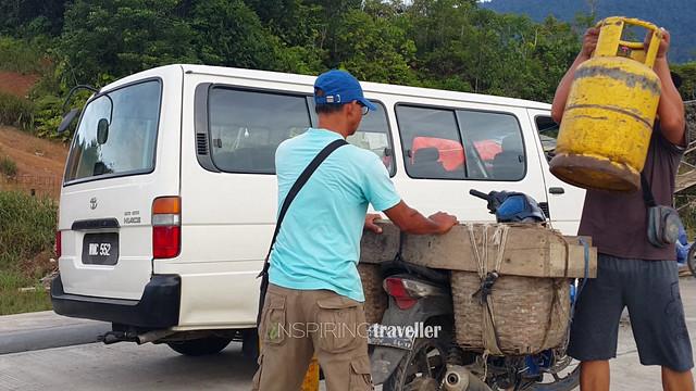 Warga perbatasan membeli gas 14kg kepunyaan Malaysia